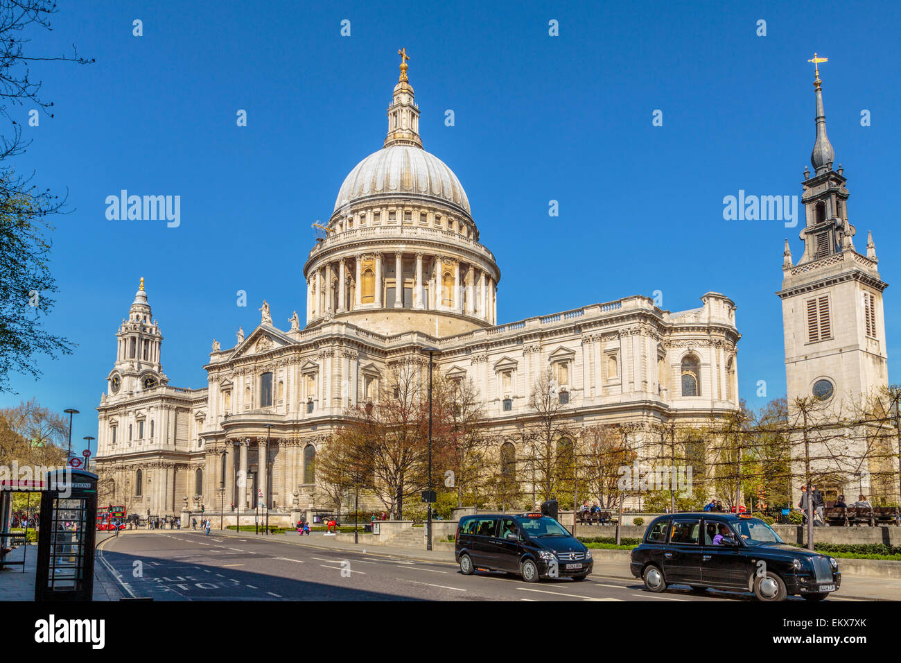 Die St Paul's Kathedrale an einem klaren Frühlingstag in London England Großbritannien Stockbild