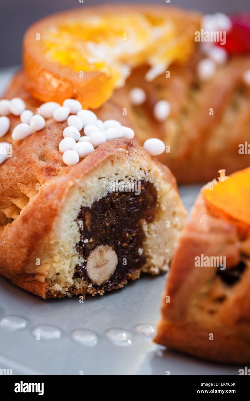 Buccellato, einen sizilianischen runden Kuchen gefüllt mit gemischten Feigen, Nüssen und Gewürzen Stockbild