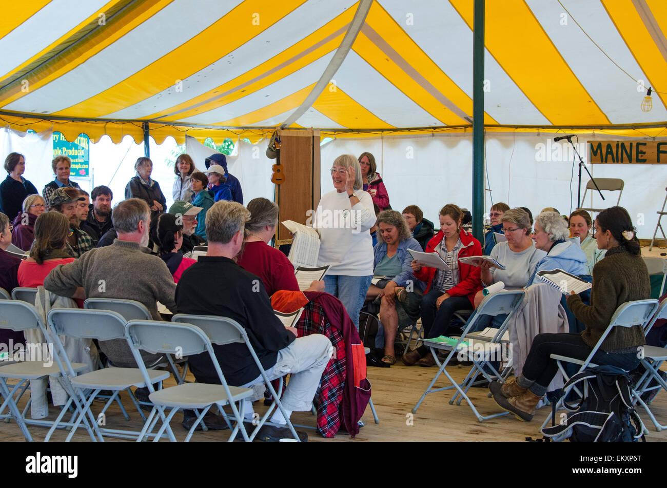 Eine Gemeinschaft Sing-a-Long auf der Common Ground Messe in Einheit, Maine. Stockbild