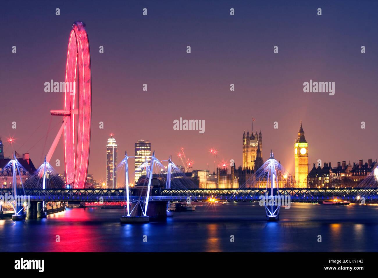 London bei Nacht. London Eye Hungerford Bridge und Golden Jubilee Bridges und Palast von Westminster mit beleuchtete Stockbild