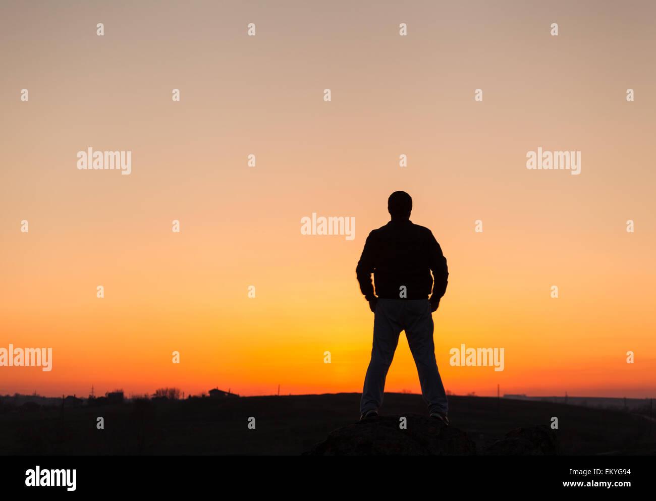Silhouette des Menschen und schönen Himmel. Element des Designs. Sommer Sonnenuntergang. Hintergrund Stockbild