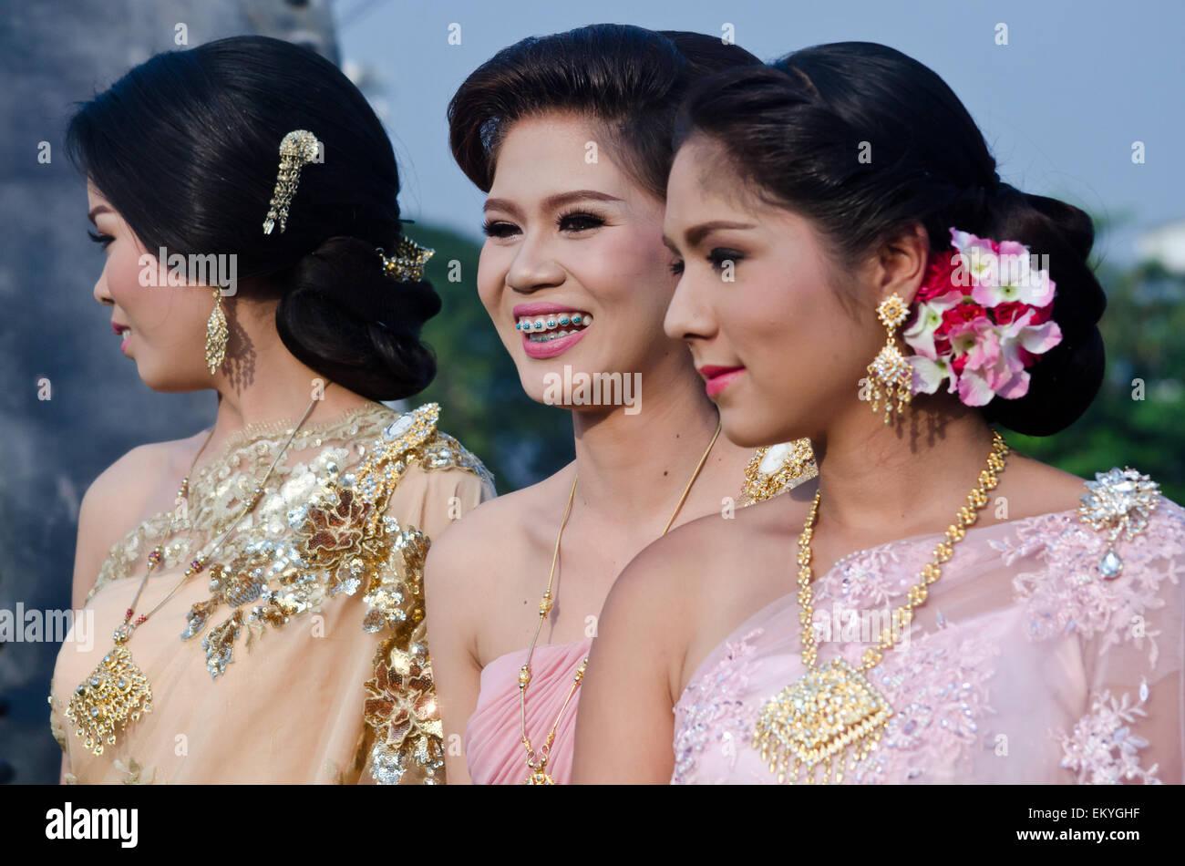 Eine Thai Braut Und Ihre Brautjungfern Geniessen Eine