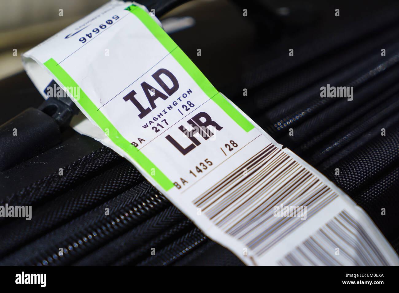 Ein Koffer mit einer Fluggesellschaft Barcode Gepäckanhänger von London-Heathrow (LHR) zu Washington Dulles Stockbild