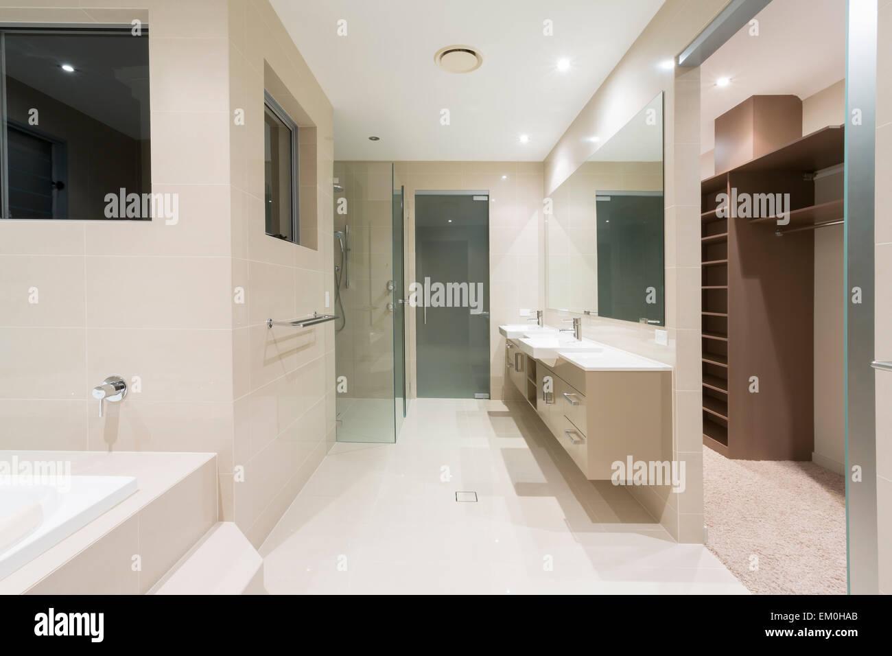 Moderne Badezimmer mit Spa und Spaziergang im Gewand Stockfoto, Bild ...