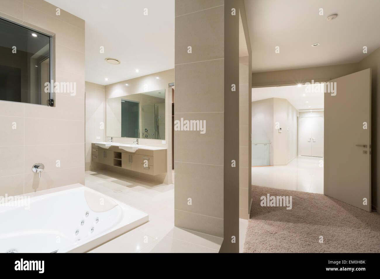 Badezimmer mit Spa in großen australischen Herrenhaus Stockfoto ...