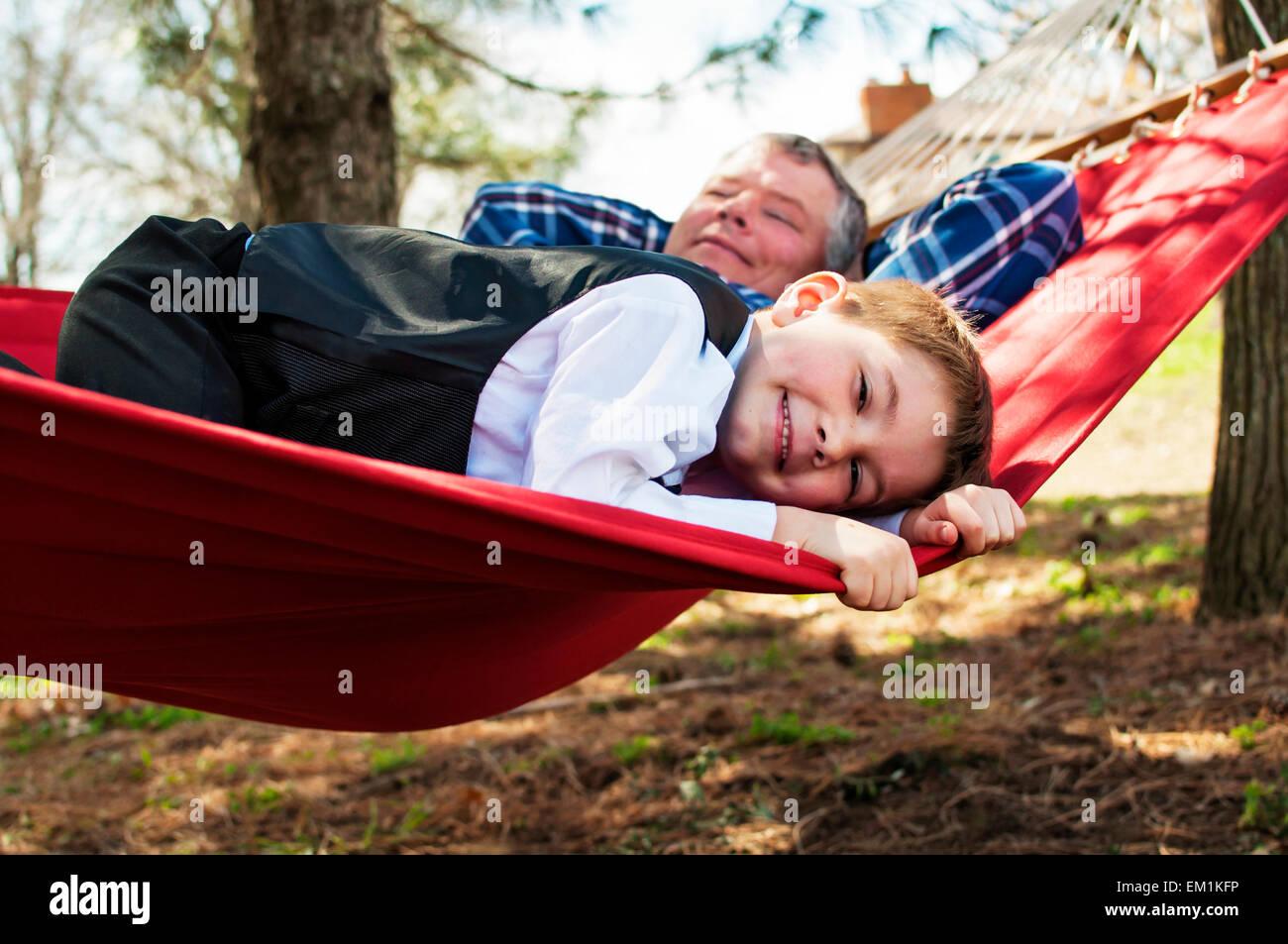 Junge mit Großvater in Hängematte Stockbild