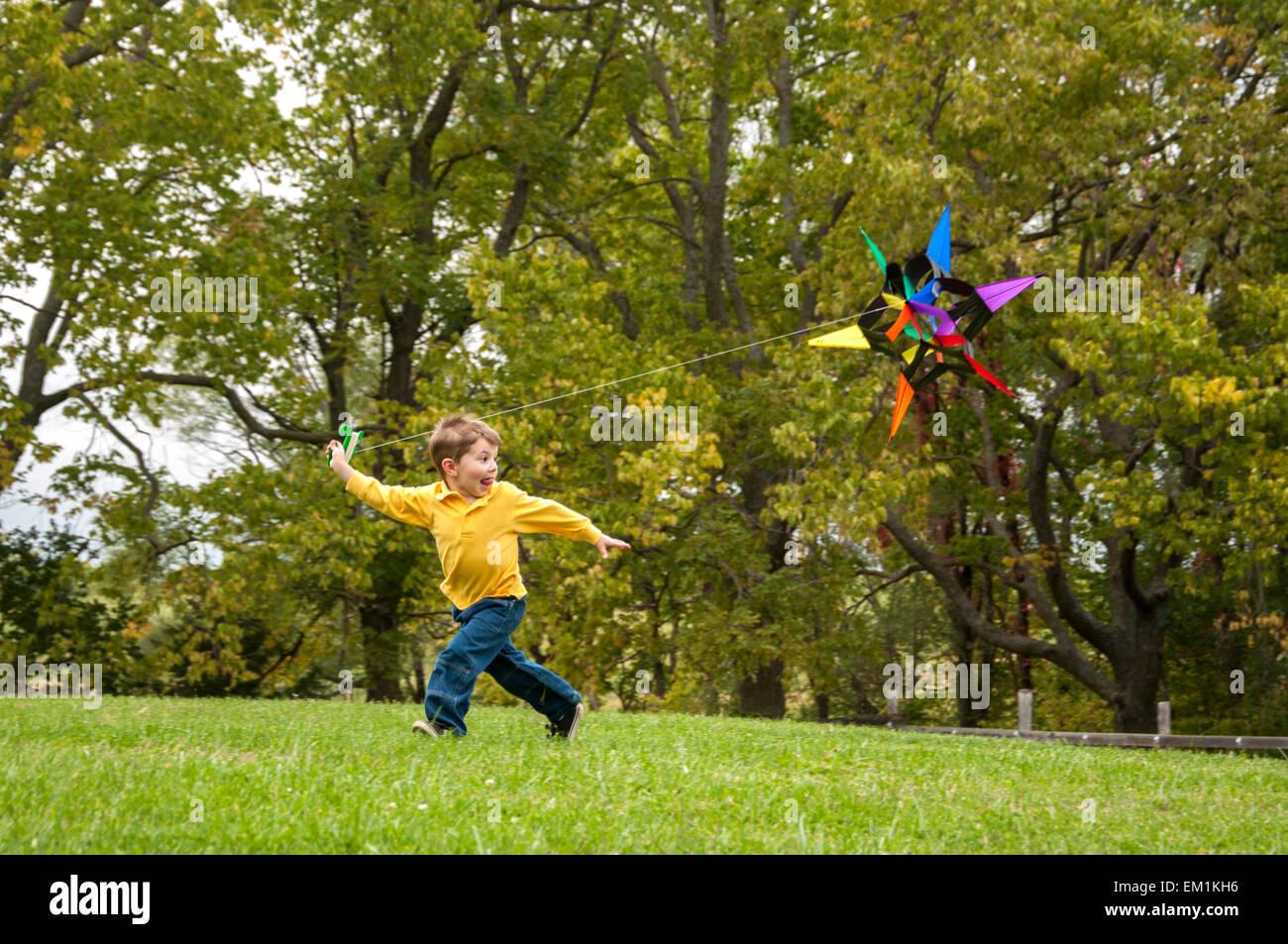 Junge läuft mit kite Stockbild