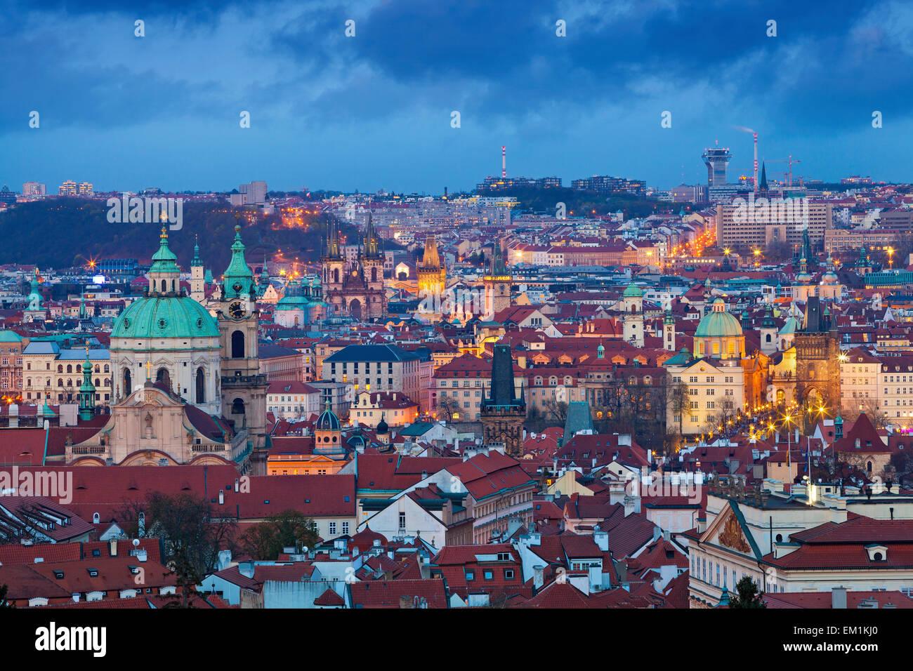 Prag. Bild von Prag, Hauptstadt Stadt der Tschechischen Republik während der blauen Dämmerstunde. Stockbild