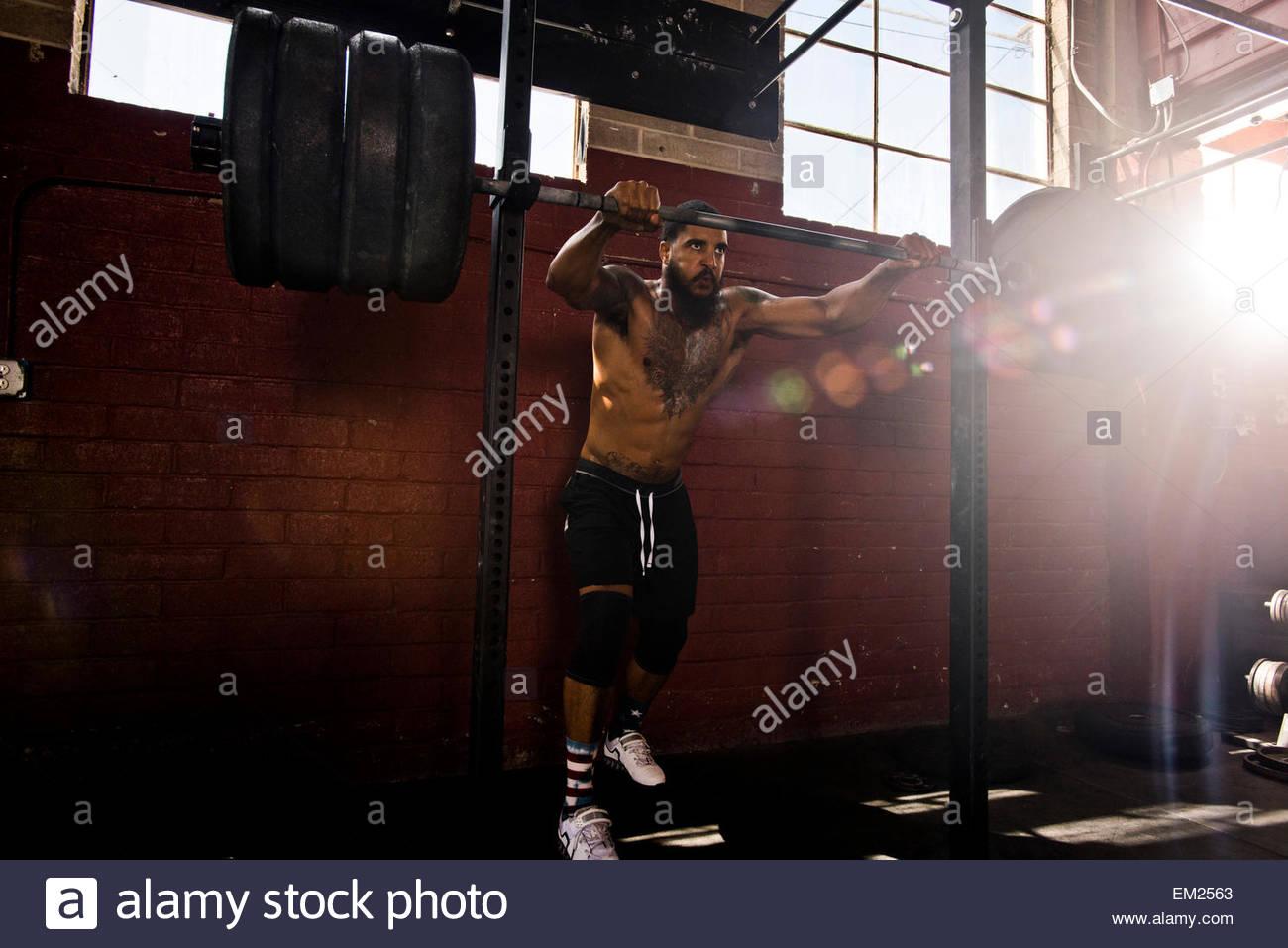 Ein Crossfit Athlet bereitet zu hocken. Stockbild
