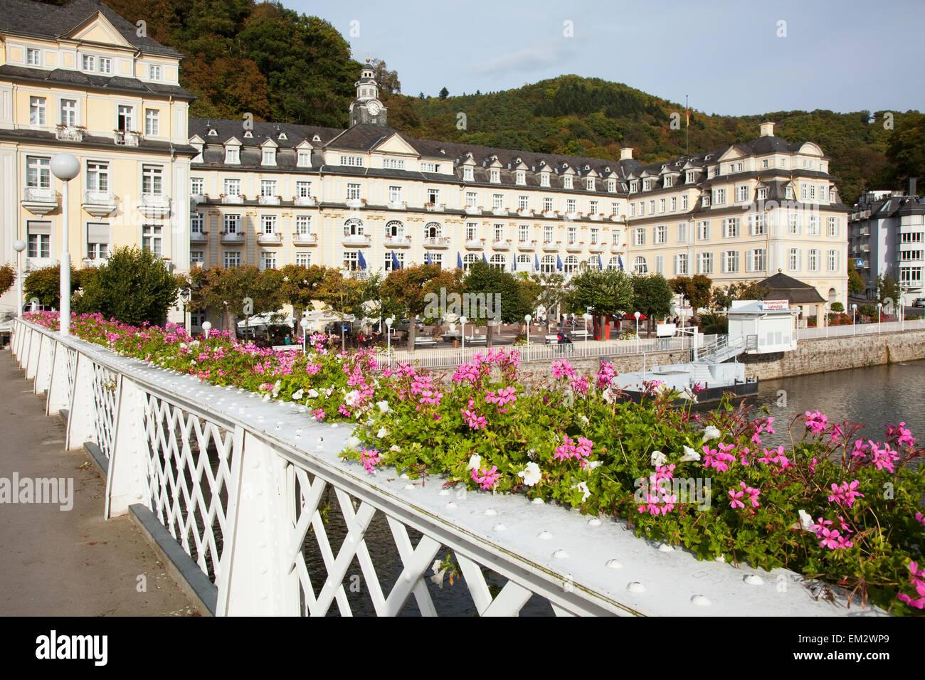 Blühende Blumen Im Pflanzer Auf Dem Geländer Der Promenade Entlang
