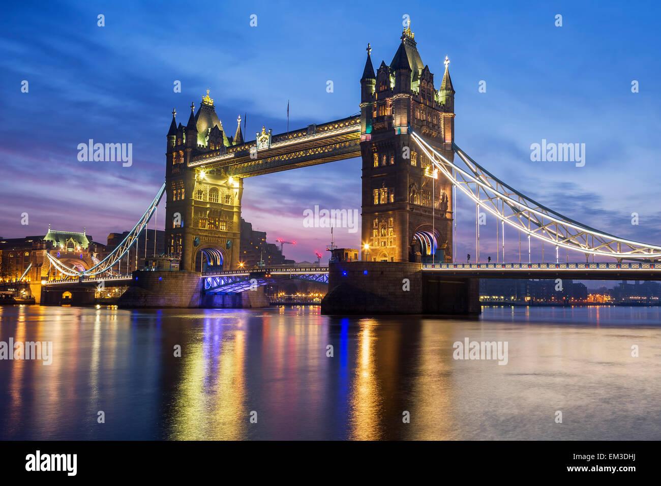 Berühmte Tower Bridge am Abend, London, England Stockbild