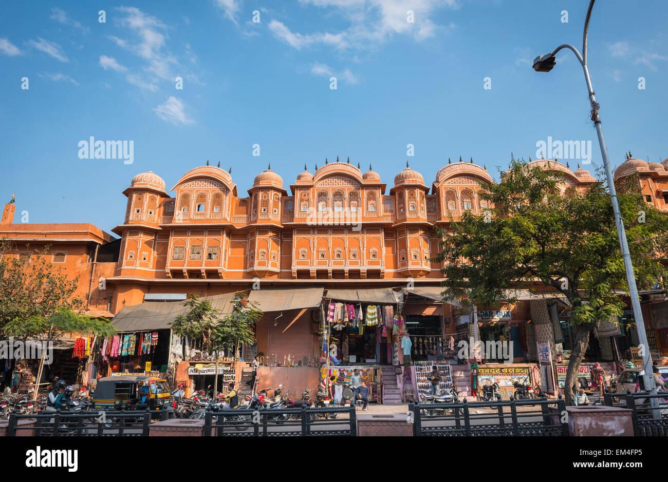 Eine belebte Straße Geschäfte und Anbieter in Jaipur, Rajasthan, Indien Stockbild