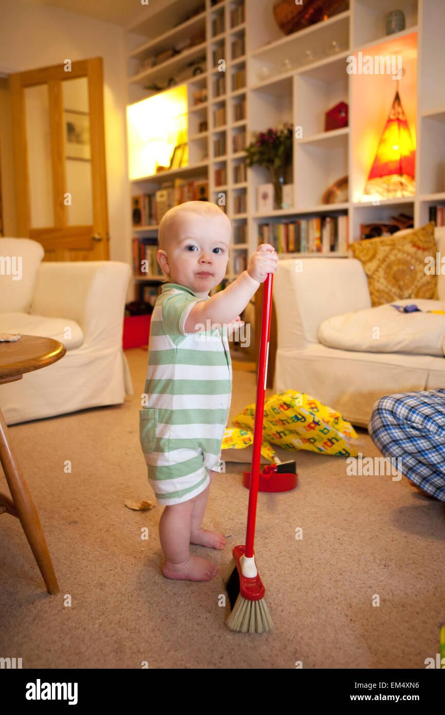 Baby Boy mit einem Pinsel Stockbild