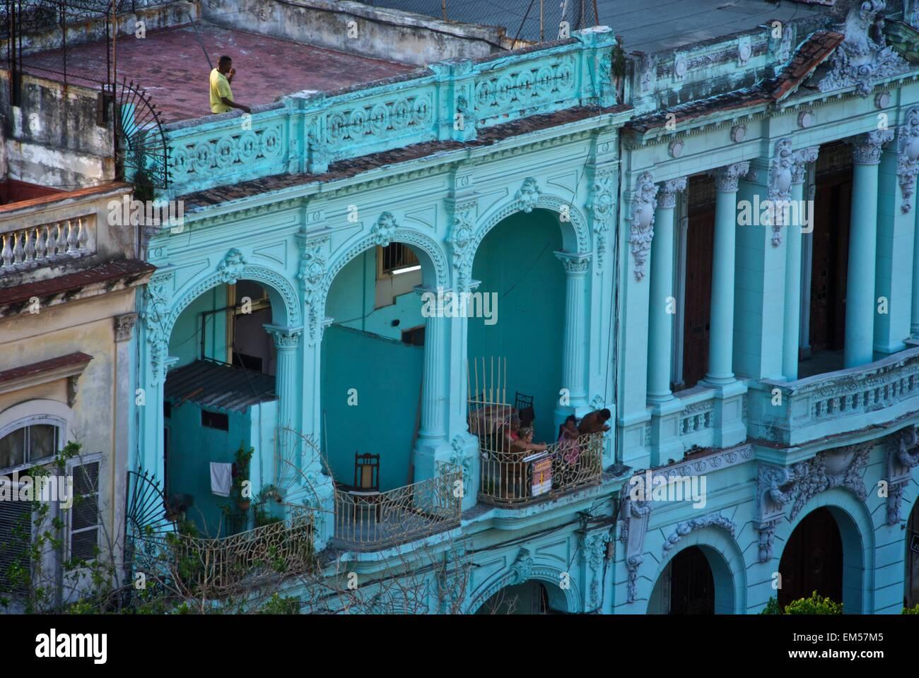 Balkonszene in Havanna, Kuba zeigen verfallene Gebäude im spanischen Stil und Balkon Leben Stockbild