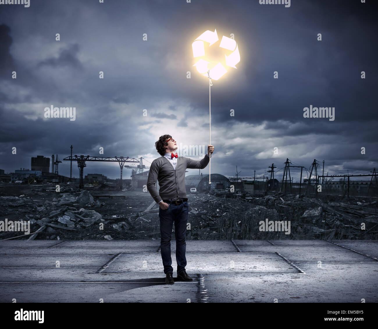 Junger Mann mit einem Recycling-symbol Stockbild