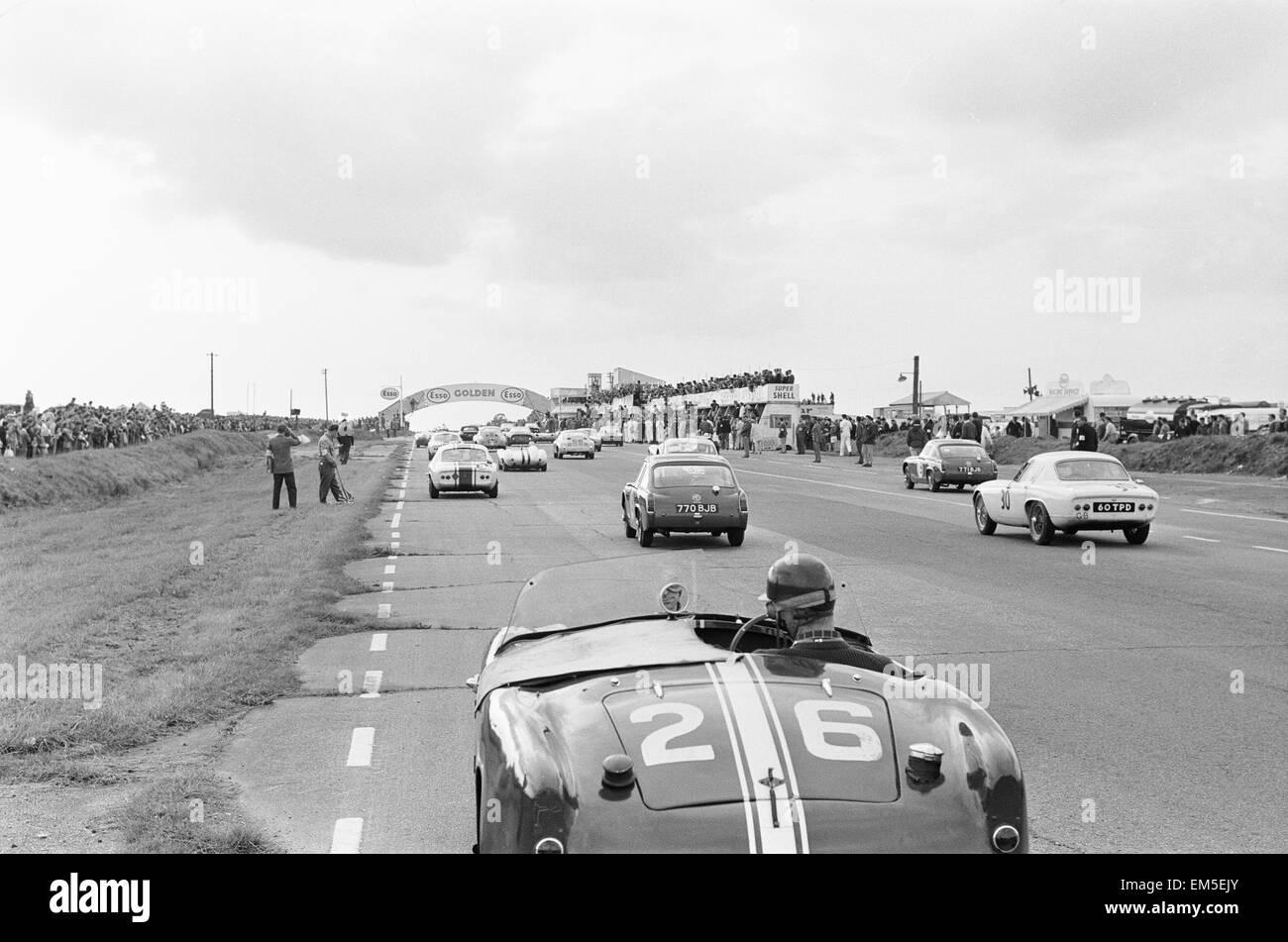 Der Start des drei-Stunden-Langstreckenrennen Autosport in Snetterton. 29. September 1962 Stockbild