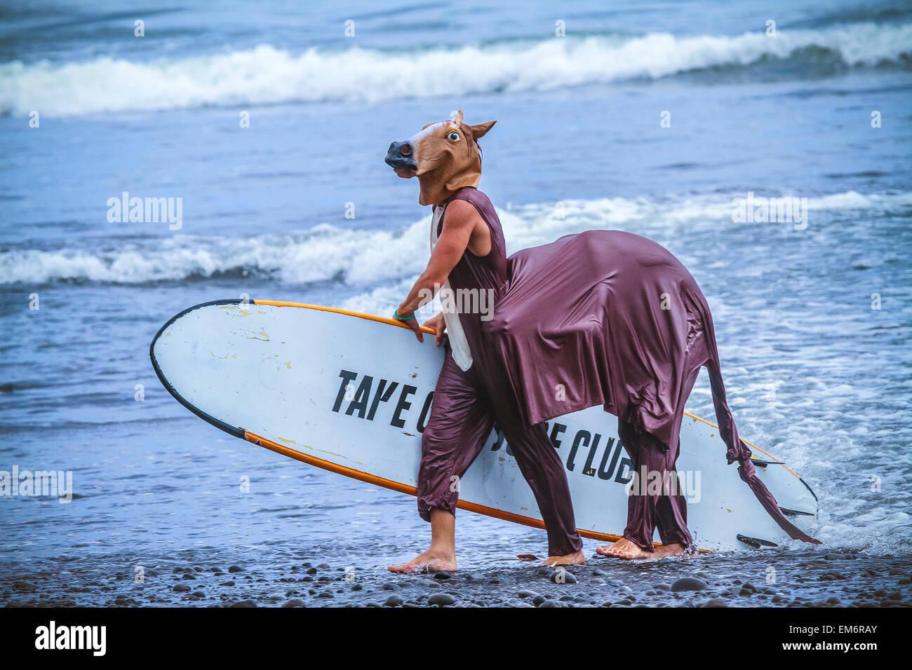 Surfen Sie in einem Karnevalskostüme, Bali, Indonesien.  Nur ein Spaß und spielen mit Freunden. Stockbild
