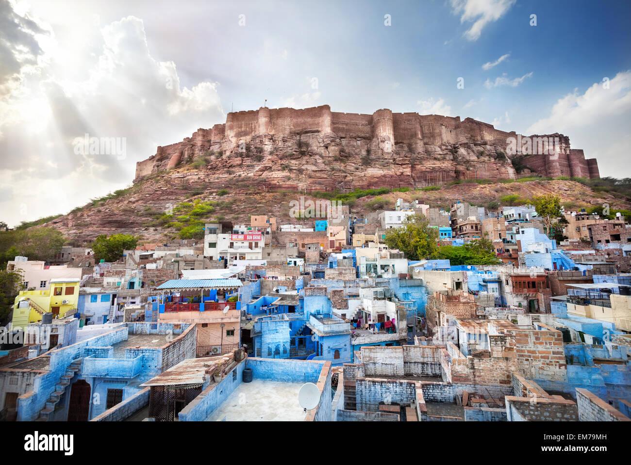 Blaue Stadt und Mehrangarh Fort auf dem Hügel bei Sonnenuntergang Himmel in Jodhpur, Rajasthan, Indien Stockbild