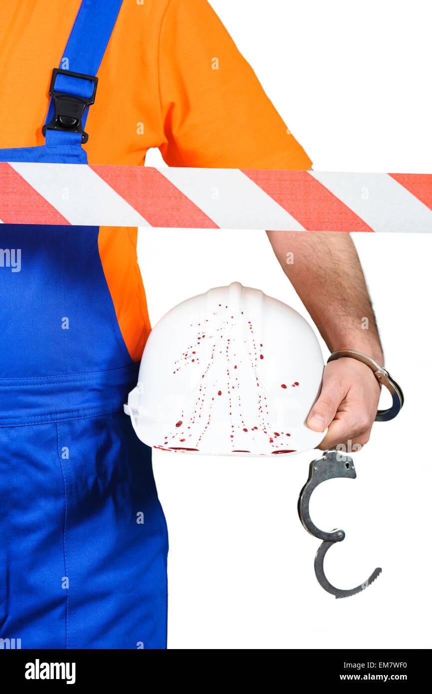 verletzten Arbeiter bei Unfall Szene Schutzhelm mit Blut auf dem weißen Hintergrund Stockbild