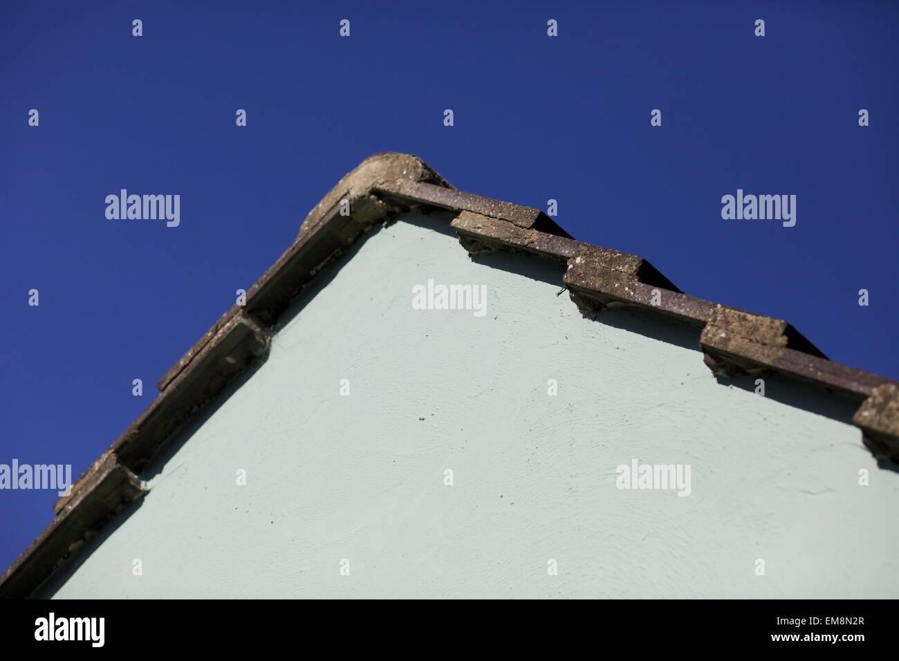 Spitze eines modernen Hauses Builds vor einem blauen Himmel in der Sonne Stockbild