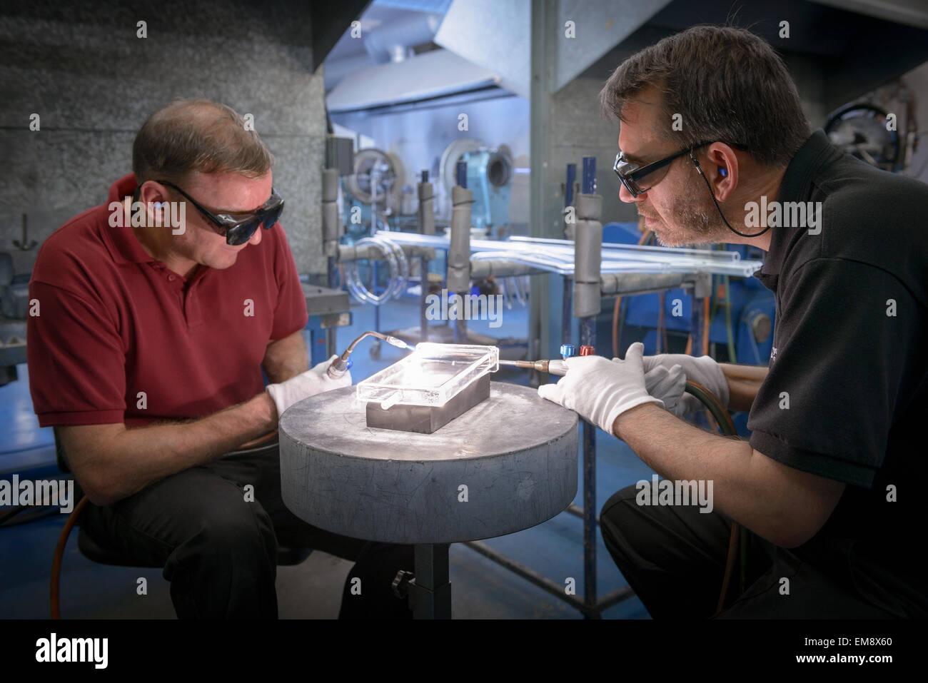 Industrielle Glasbläser konstruieren komplizierte Glas Teil Stockbild