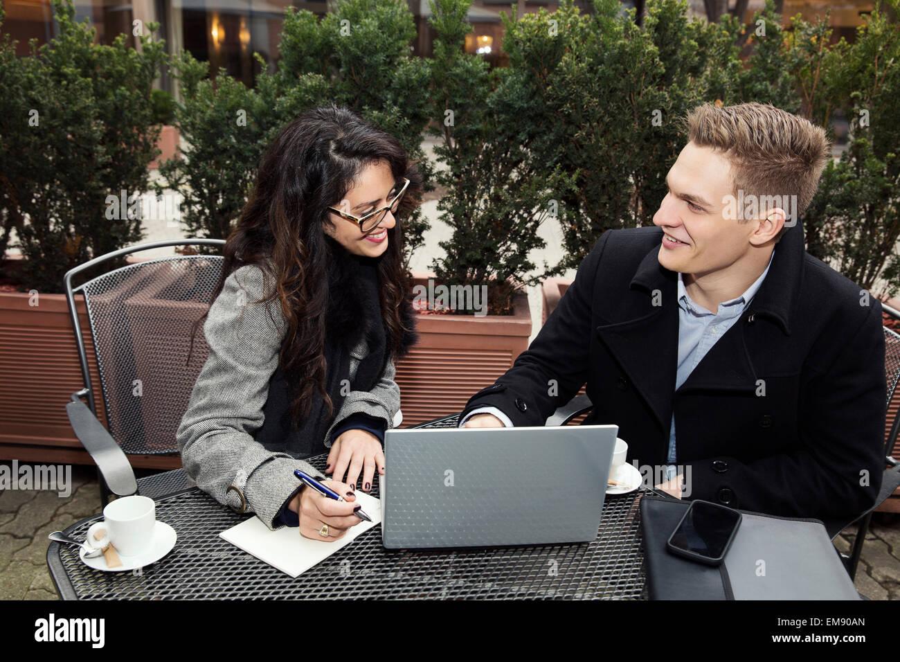 Geschäftsmann und Frau arbeitet im café Stockbild