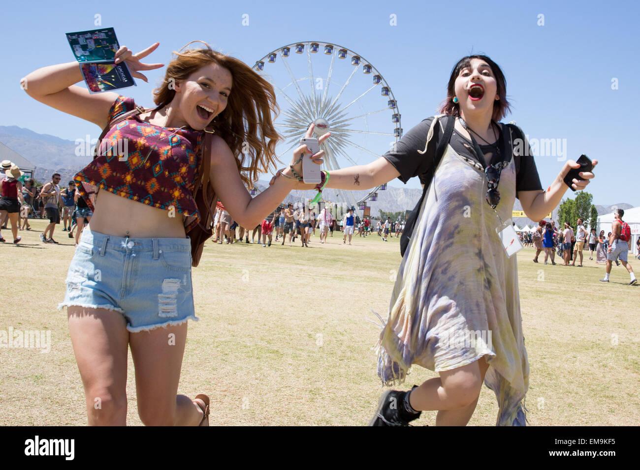 Indio, Kalifornien, USA. 17. April 2015. Fans strömen in das Gelände während der drei Tage des Coachella Stockbild