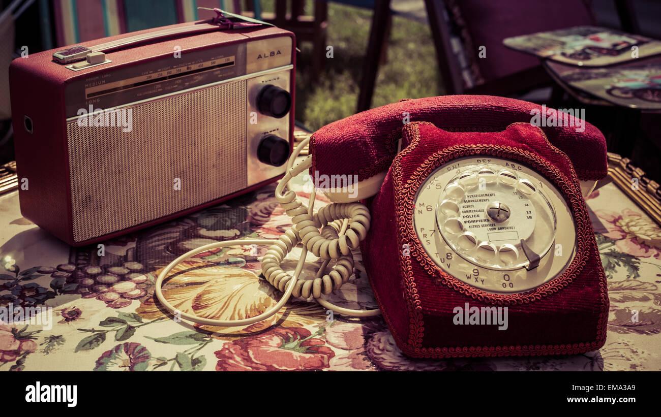 Ein roter samt Telefon und Retro Radio auf floral Tischdecke in einem Oldtimer Land zeigen, Stockton, Salisbury, Stockbild
