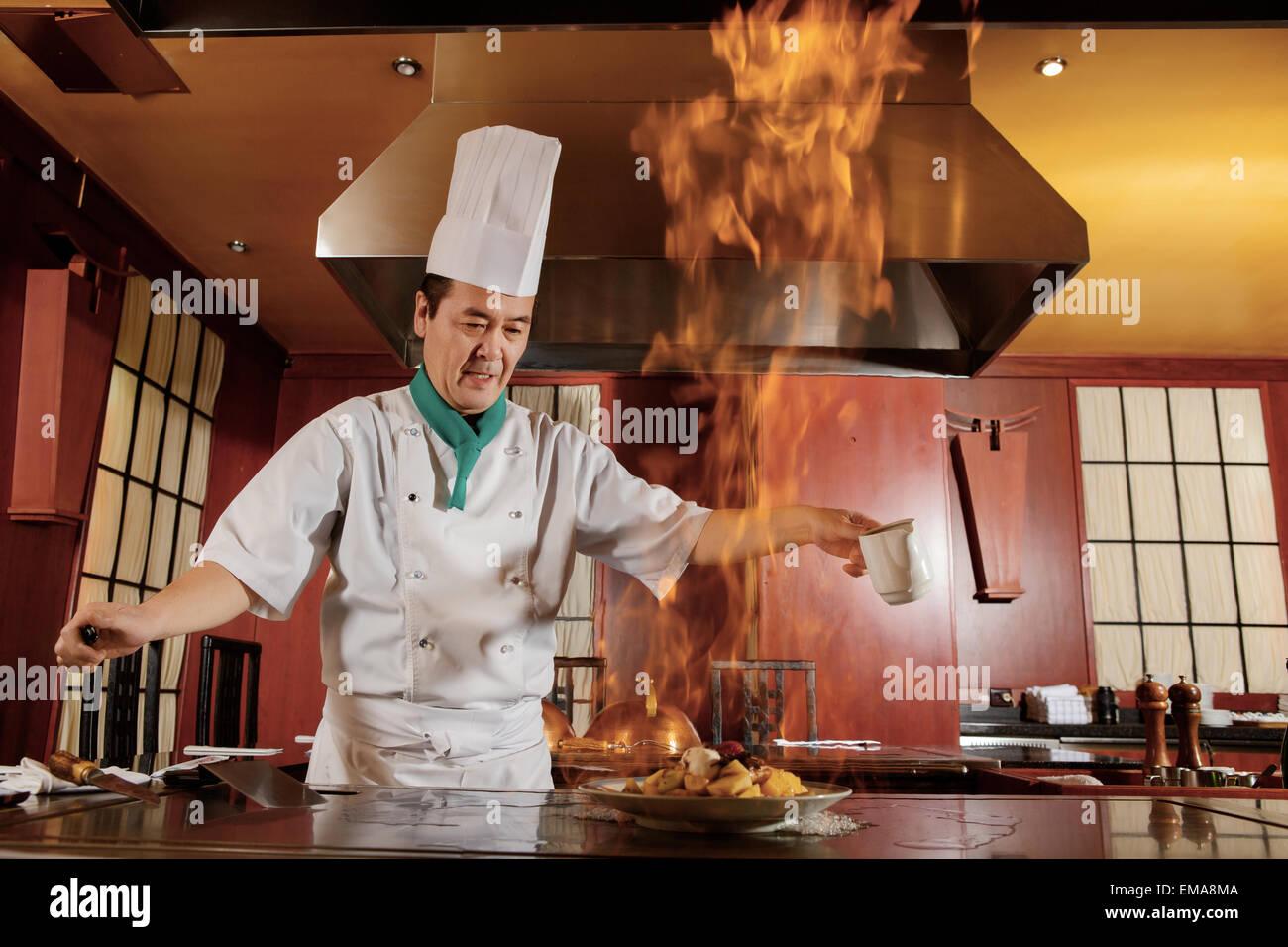 Cook Pommes frites Gemüse auf einer Küche Stockbild