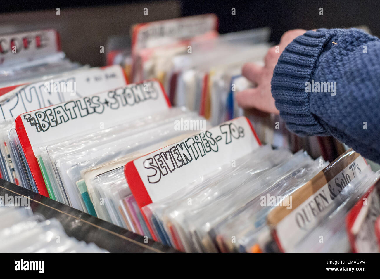 London, UK. 18. April 2015. 70er Jahre Musik zum Verkauf als Musikliebhaber Vinyl sammeln zum Stöbern und kaufen Stockbild