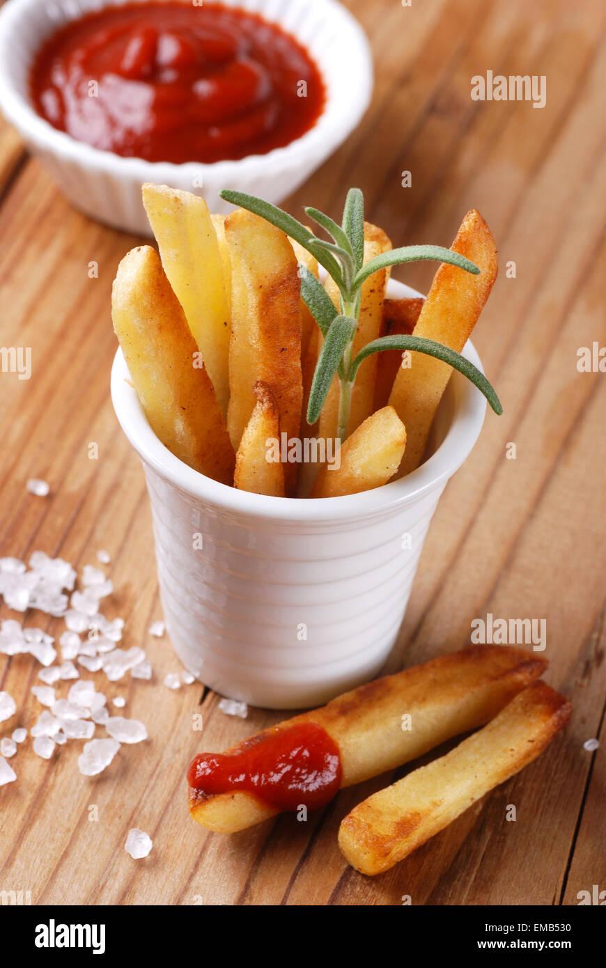 Portion Pommes Frites mit ketchup Stockbild