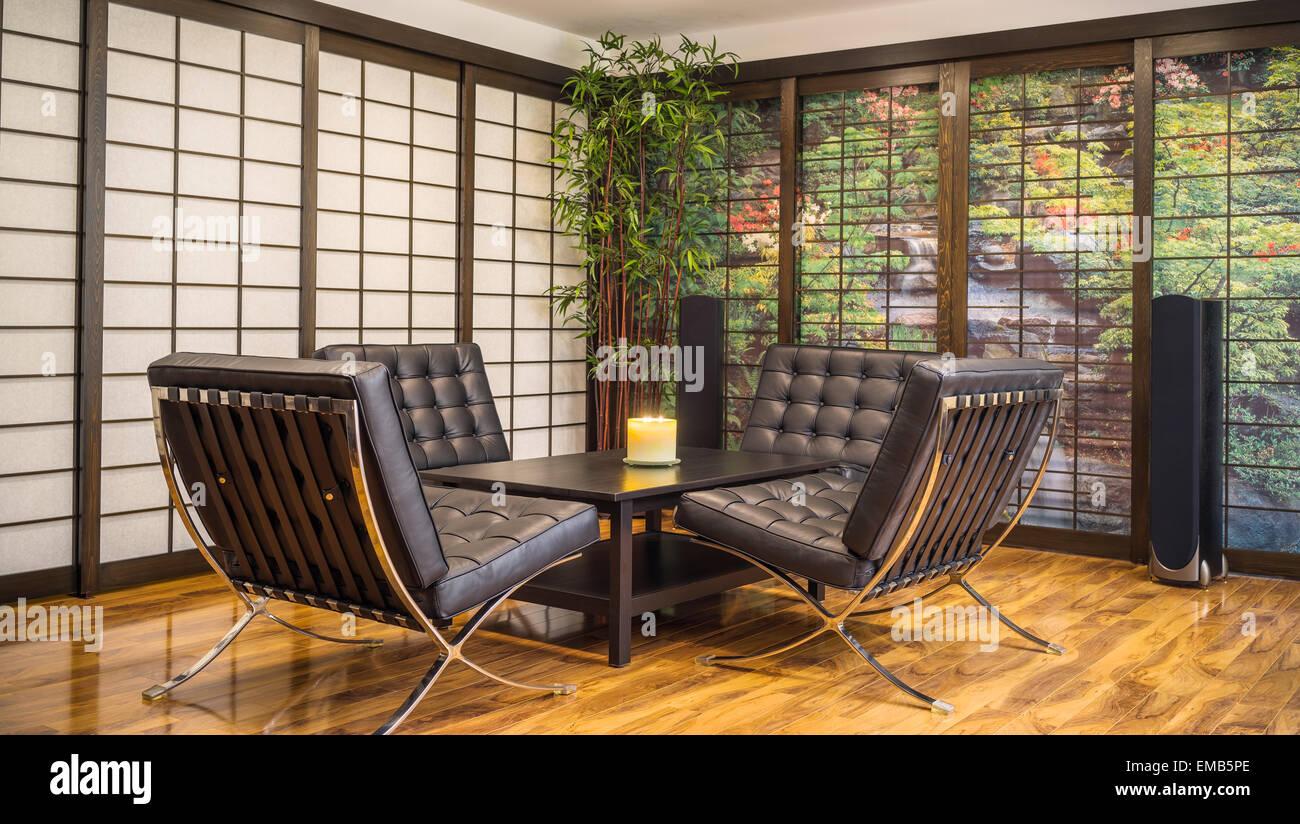 Zeitgenössische japanische Zimmer mit Teetisch, Kerze und vier ...