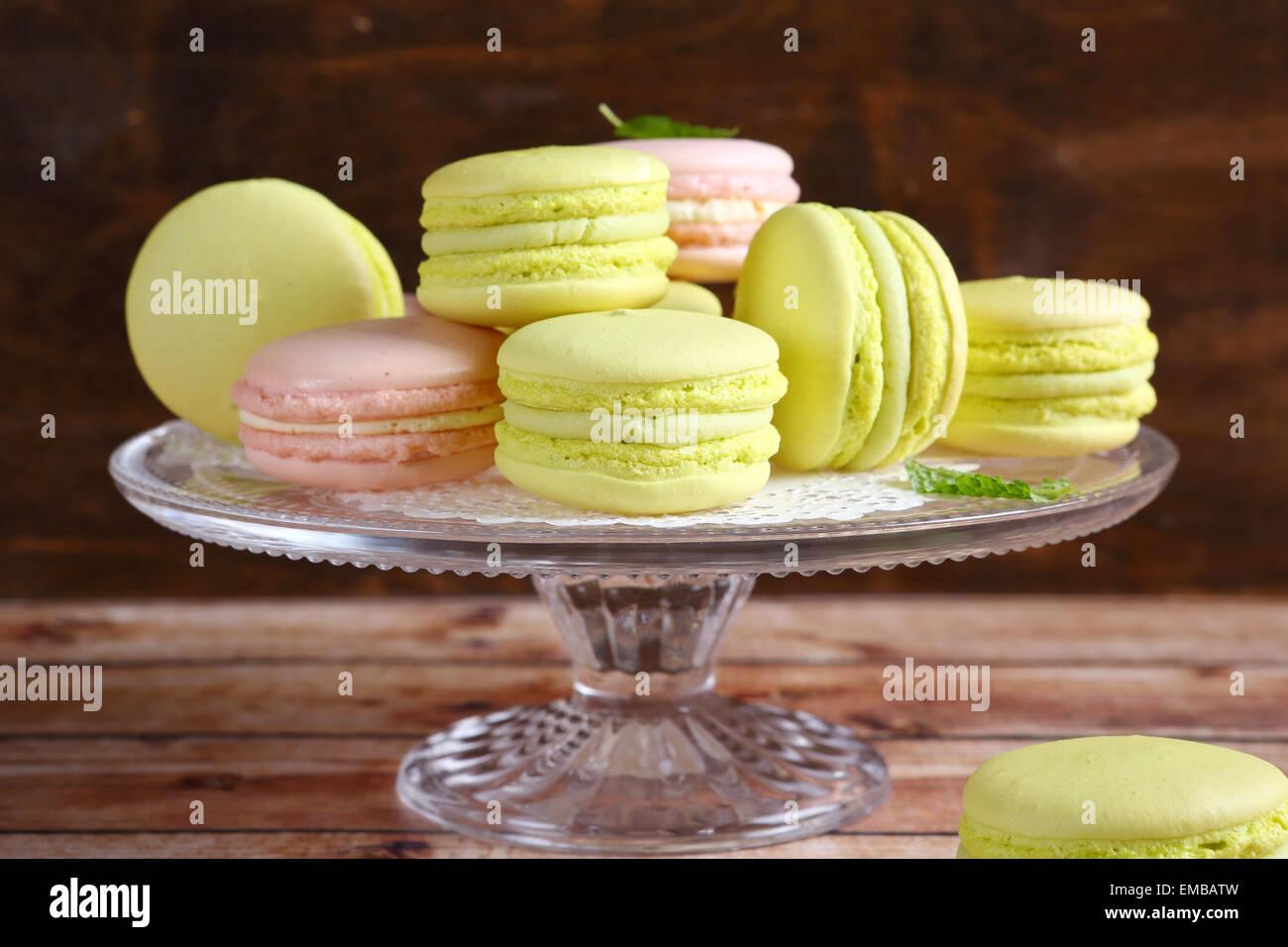 Sanftes Grün und rosa Macarons, Essen Stockbild