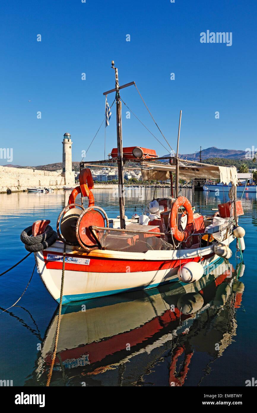 Ein Fischerboot am venezianischen Hafen von Rethymno auf Kreta, Griechenland Stockbild