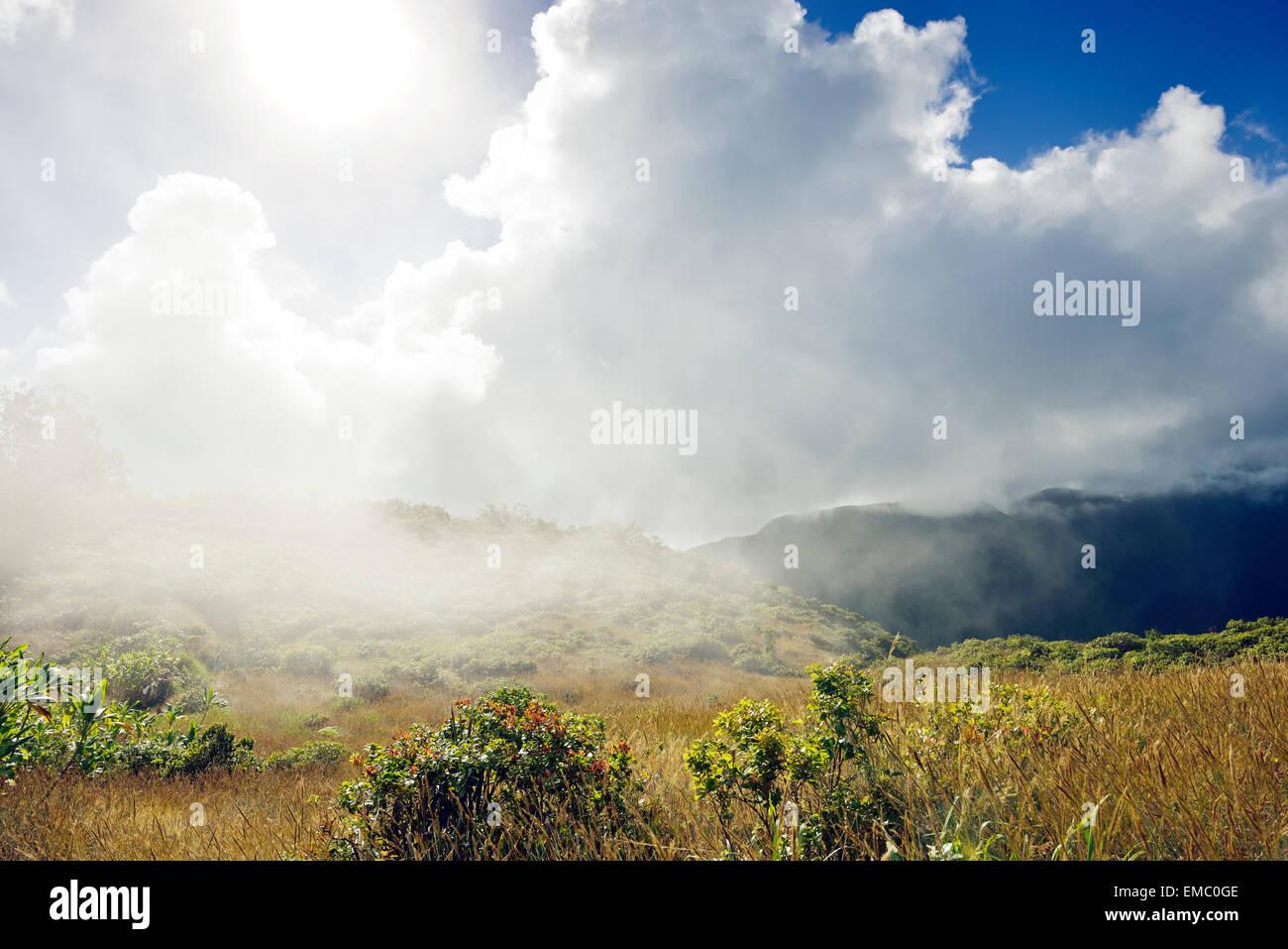 USA, Hawaii, Maui, West Maui Mountains mit Wolken von Waihee Ridge Trail aus gesehen Stockbild