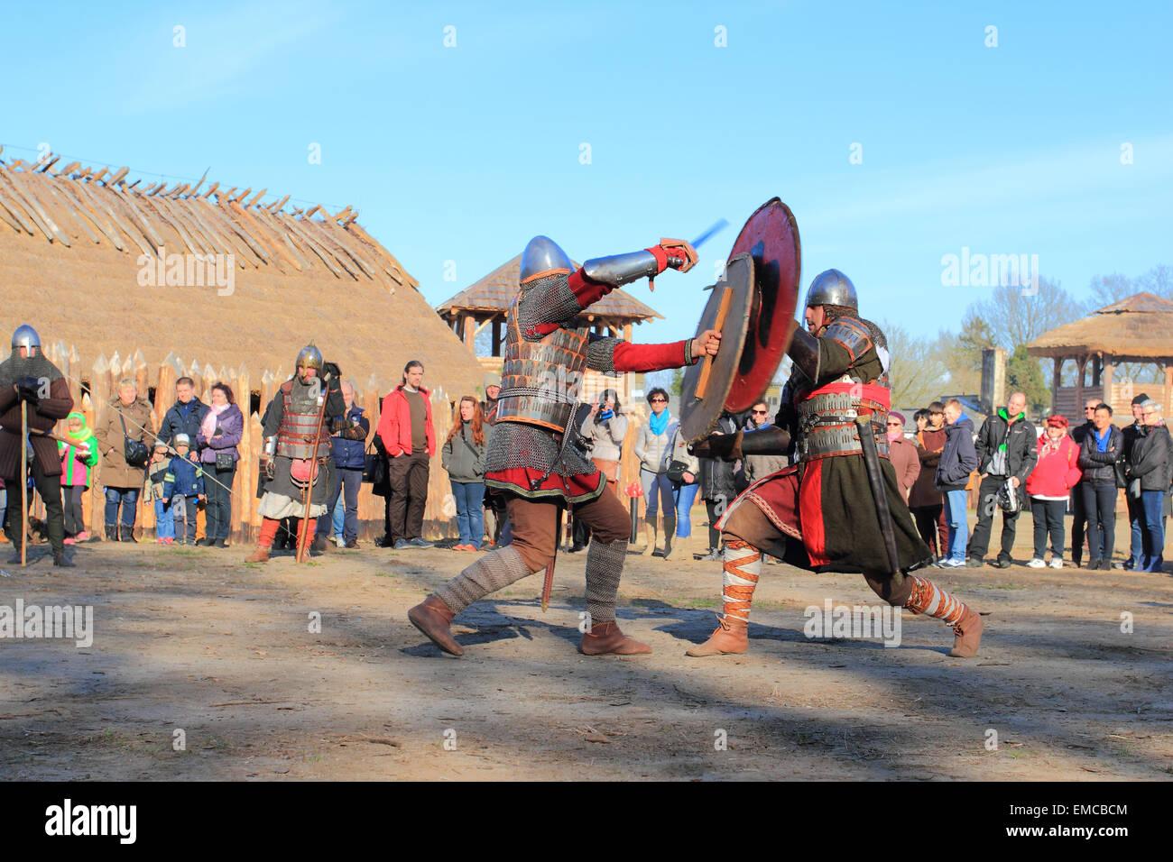 Kampf gegen Krieger mit schweren Schwertern und Räder, die Schlacht in Slawutowo Siedlung. Pommern, Polen. Stockbild