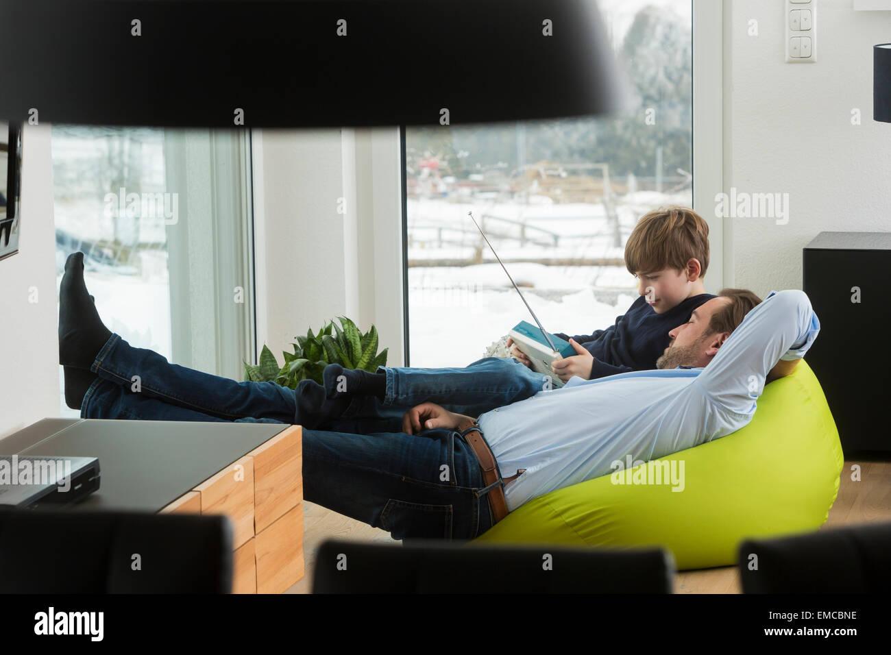 Vater Und Sohn Ein Altes Radio Im Wohnzimmer Horen Stockfoto