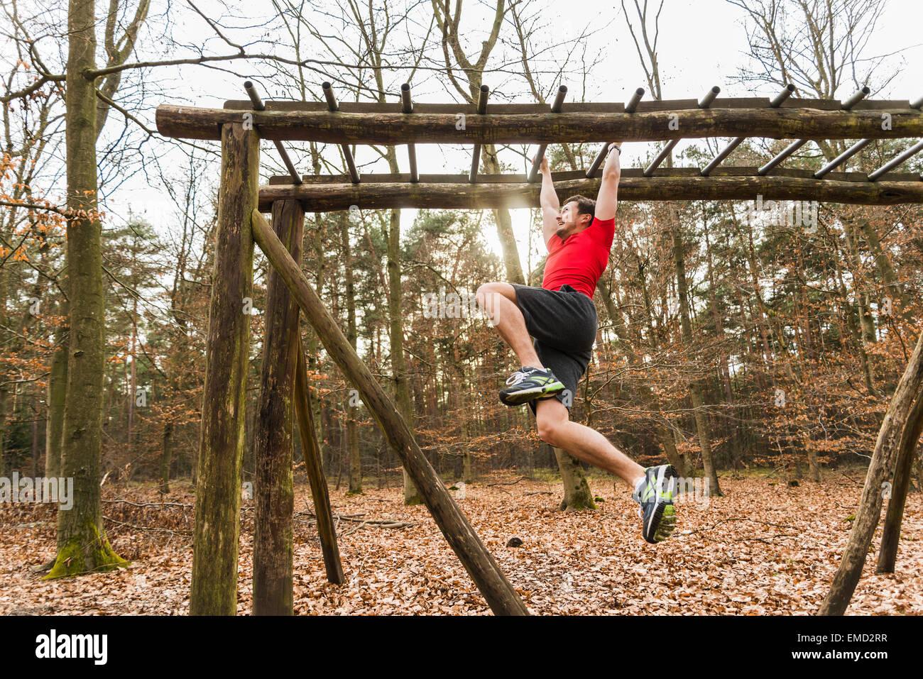 Klettergerüst Hangeln : Junger mann am klettergerüst hangeln stockfoto bild: 81422203 alamy