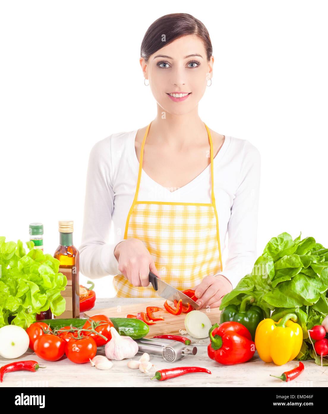 Lächelnde Frau Salat vorbereiten. Gesunde Ernährung und Diät-Konzept. Isoliert auf weiss. Stockbild