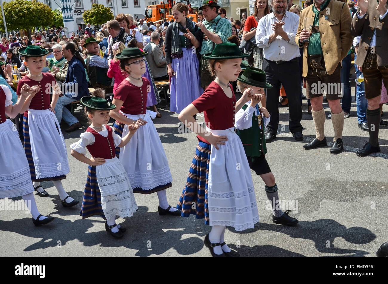 1. Mai Maibaum Tag Tradition Folklore-Gruppe von Kindern am Marktplatz in Miesbach. Stockbild
