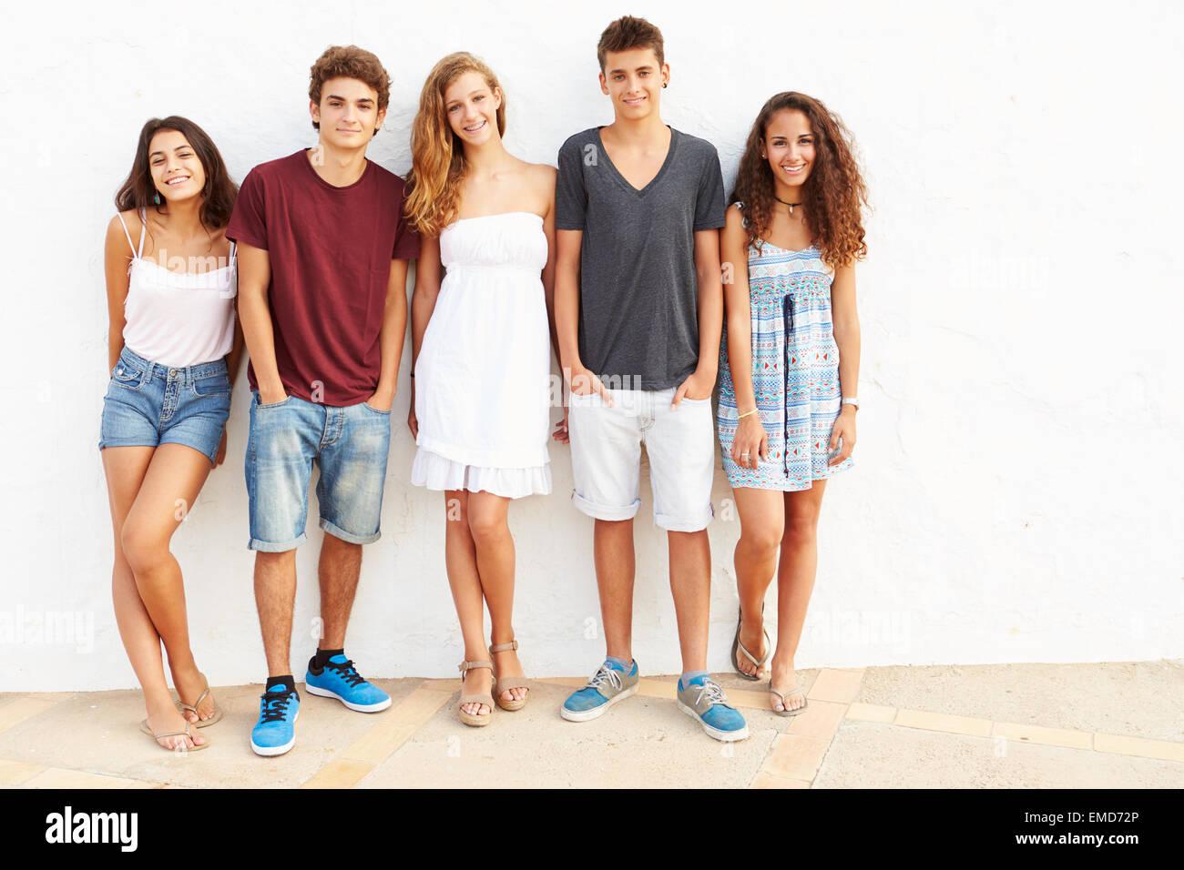 Porträt der Teenagergruppe an Wand gelehnt Stockfoto