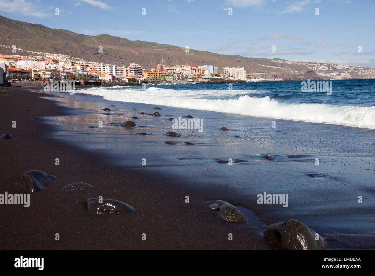 der schwarze Sandstrand in Candelaria, Teneriffa, Kanarische Inseln, Spanien, Europa Stockbild