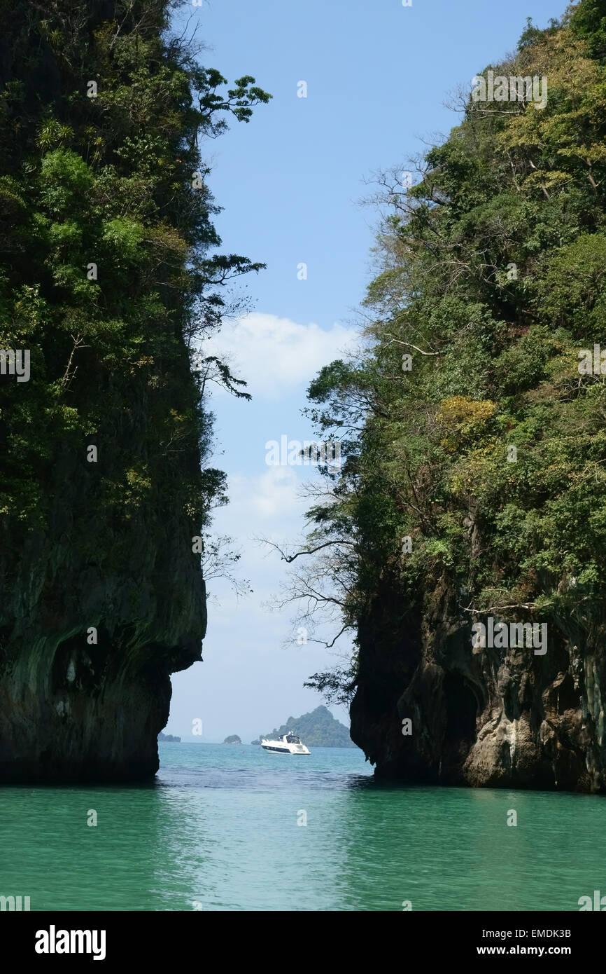 Ein- und Ausfahrt aus der Lagune im Zentrum von Koh Hong in der Andamanensee und Tharn Bok Khorani Park in der Provinz Stockbild