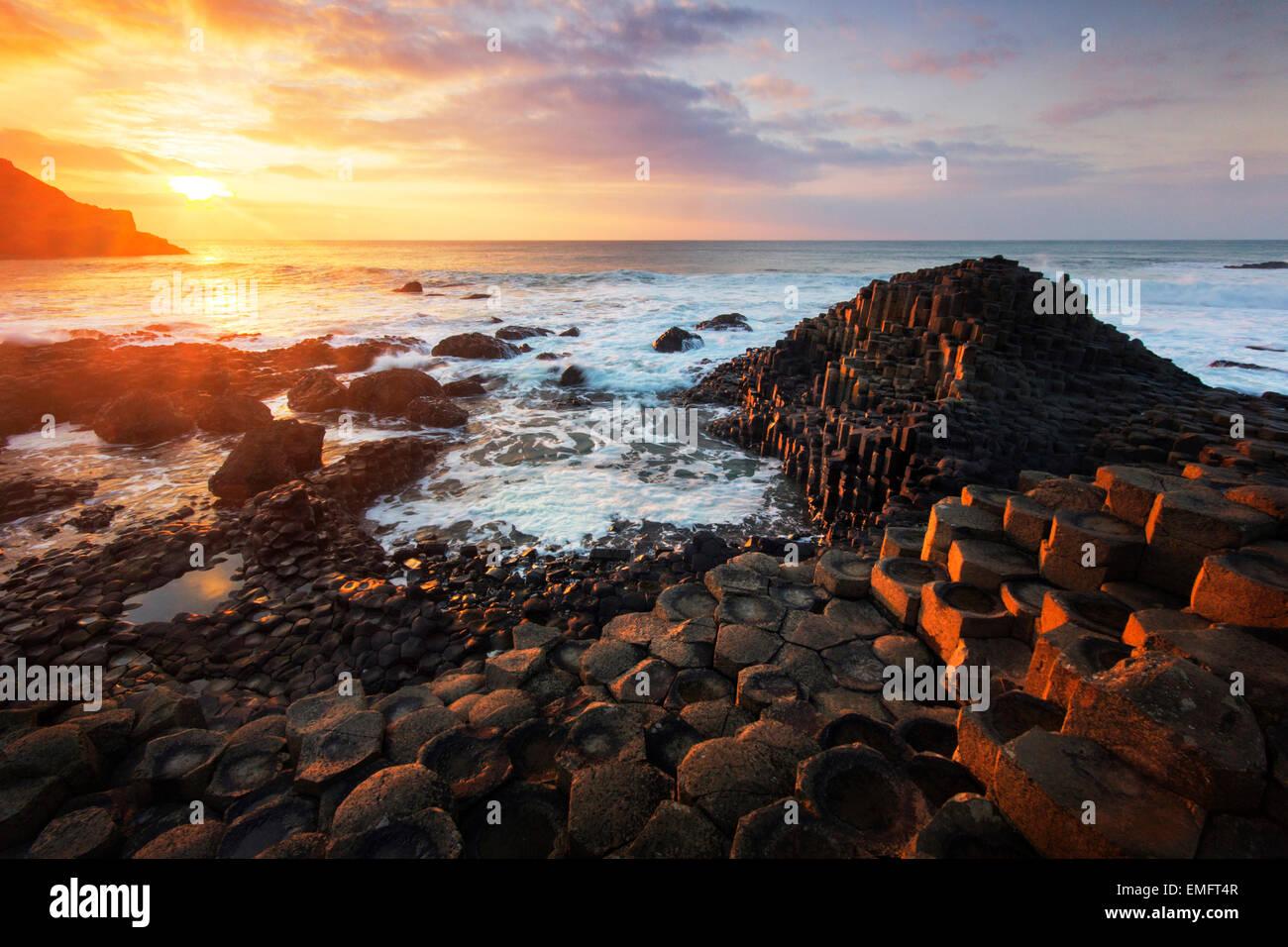 Sonnenuntergang am Giant's Causeway, Co. Antrim, Nordirland, Vereinigtes Königreich, Stockbild