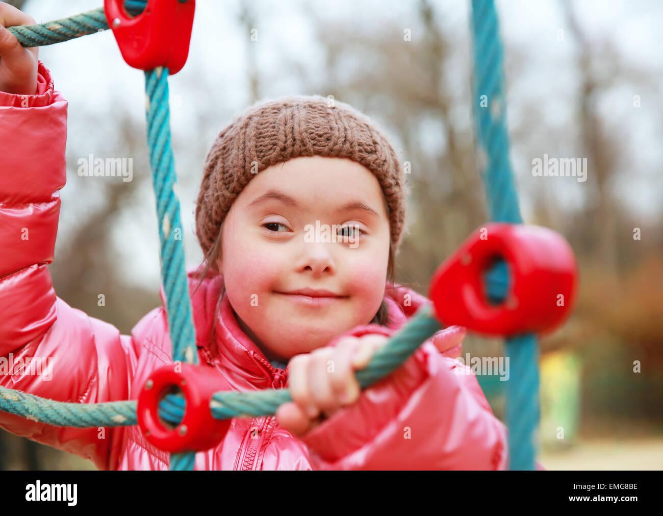 Porträt von schönen Mädchen auf dem Spielplatz Stockbild