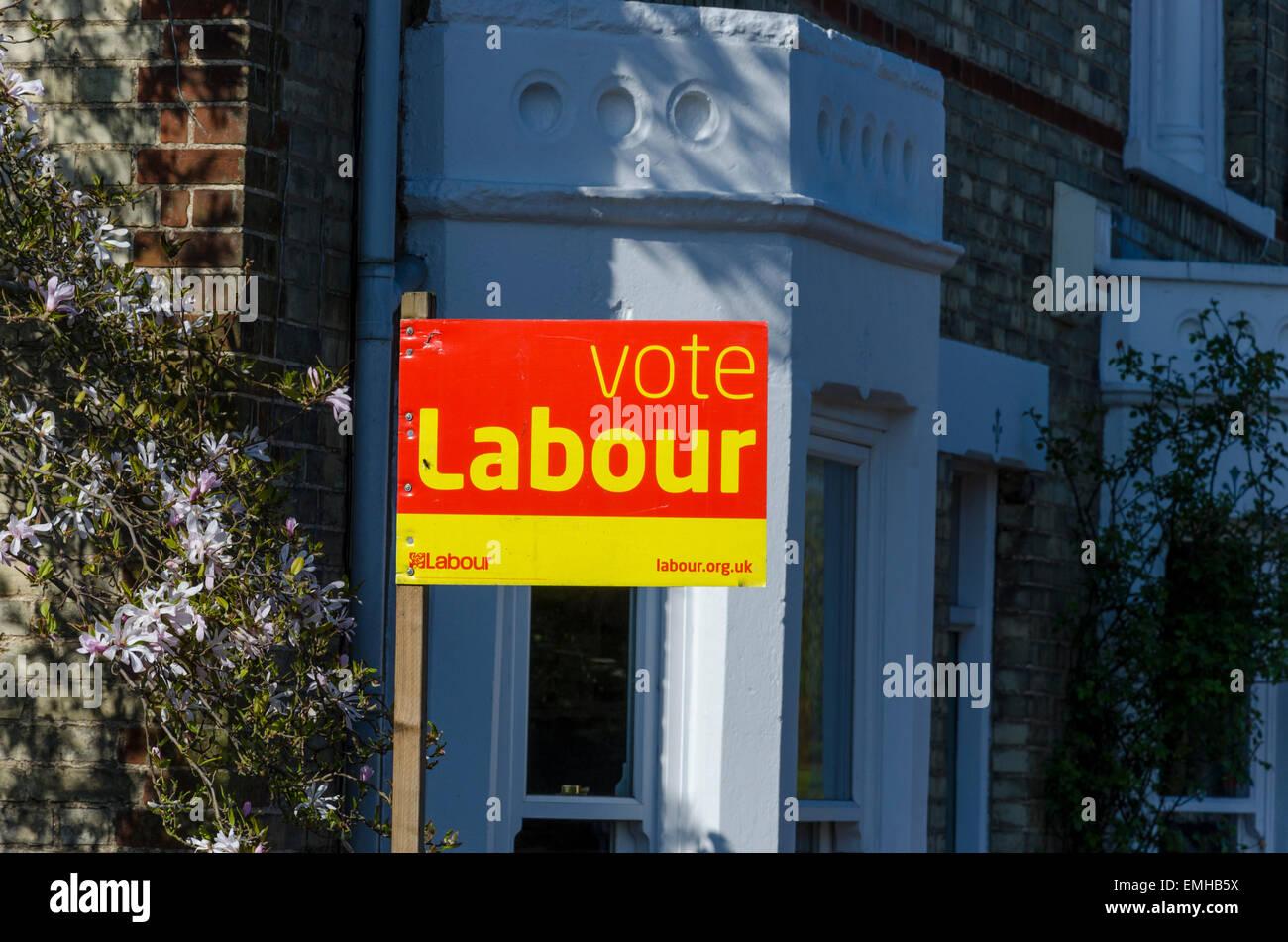 Cambridge, UK. 21. April 2015. Allgemeinen Wahlplakate für Labour (Kandidat Daniel Zeichner) vor einem Haus Stockbild