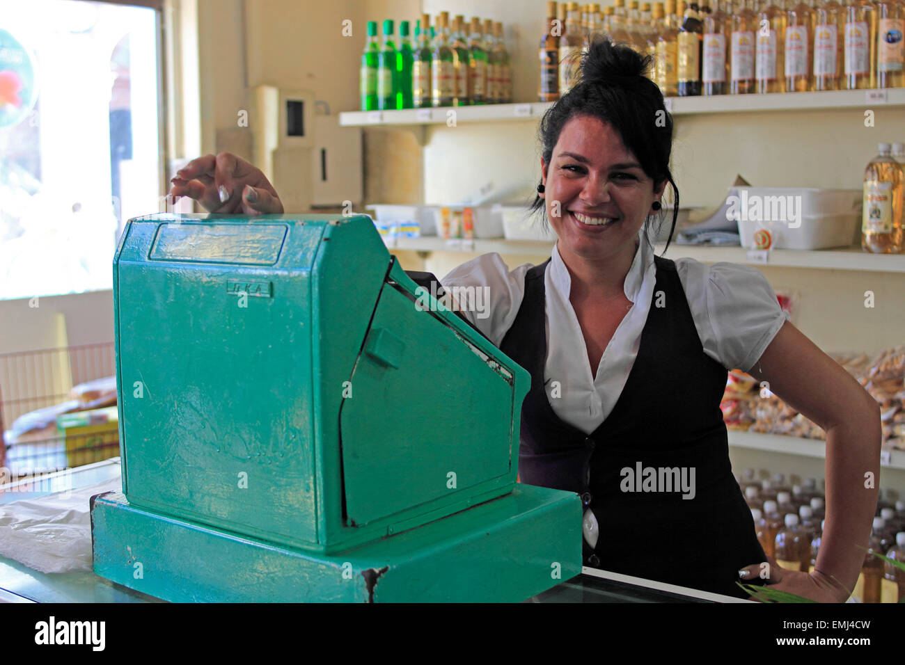 Straßenbild junge Frau Kassierer im Statusspeicher Cienfuegos Kuba Stockfoto
