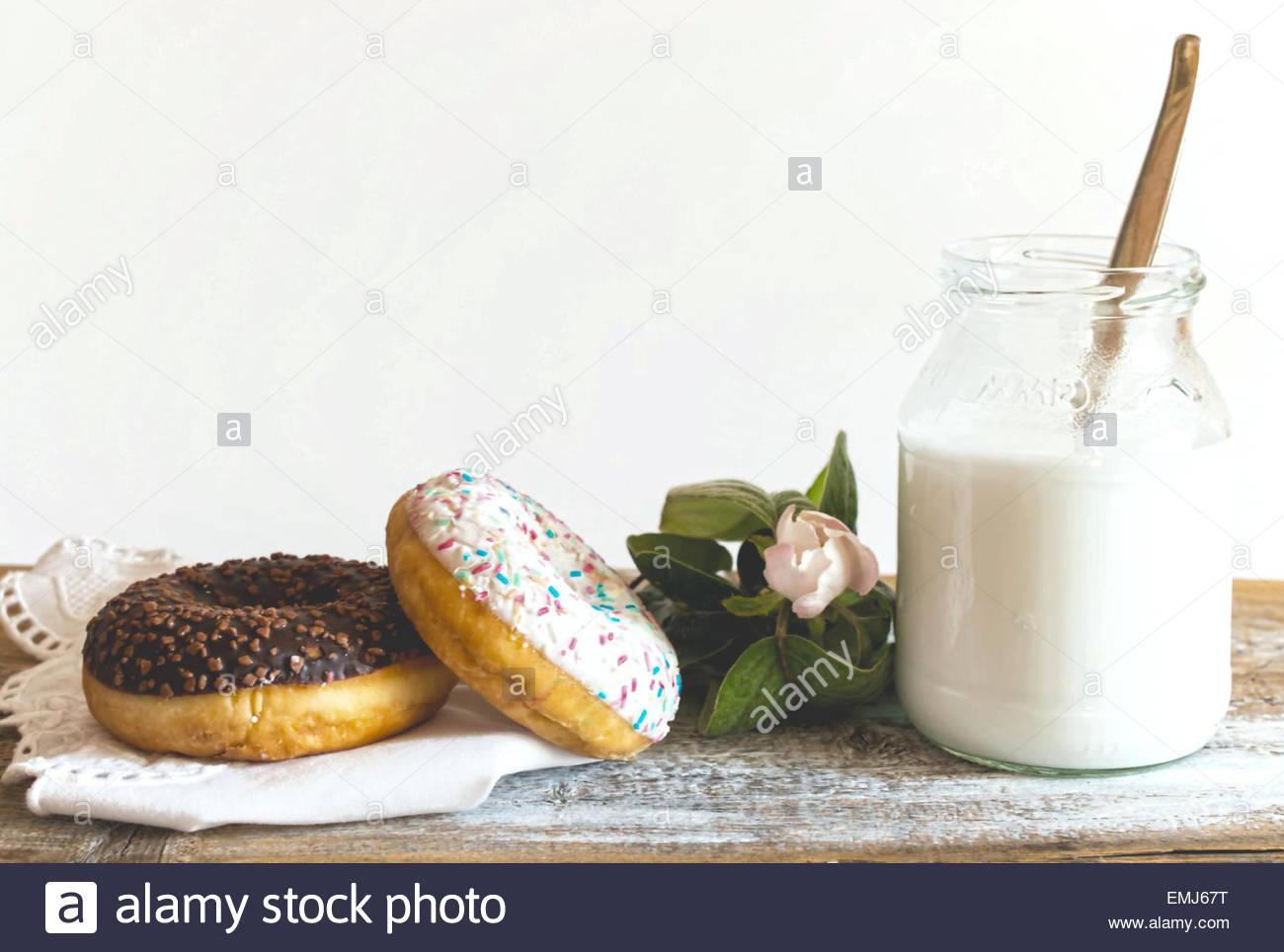 Donuts, Milch und Quitte Blüte Stockbild