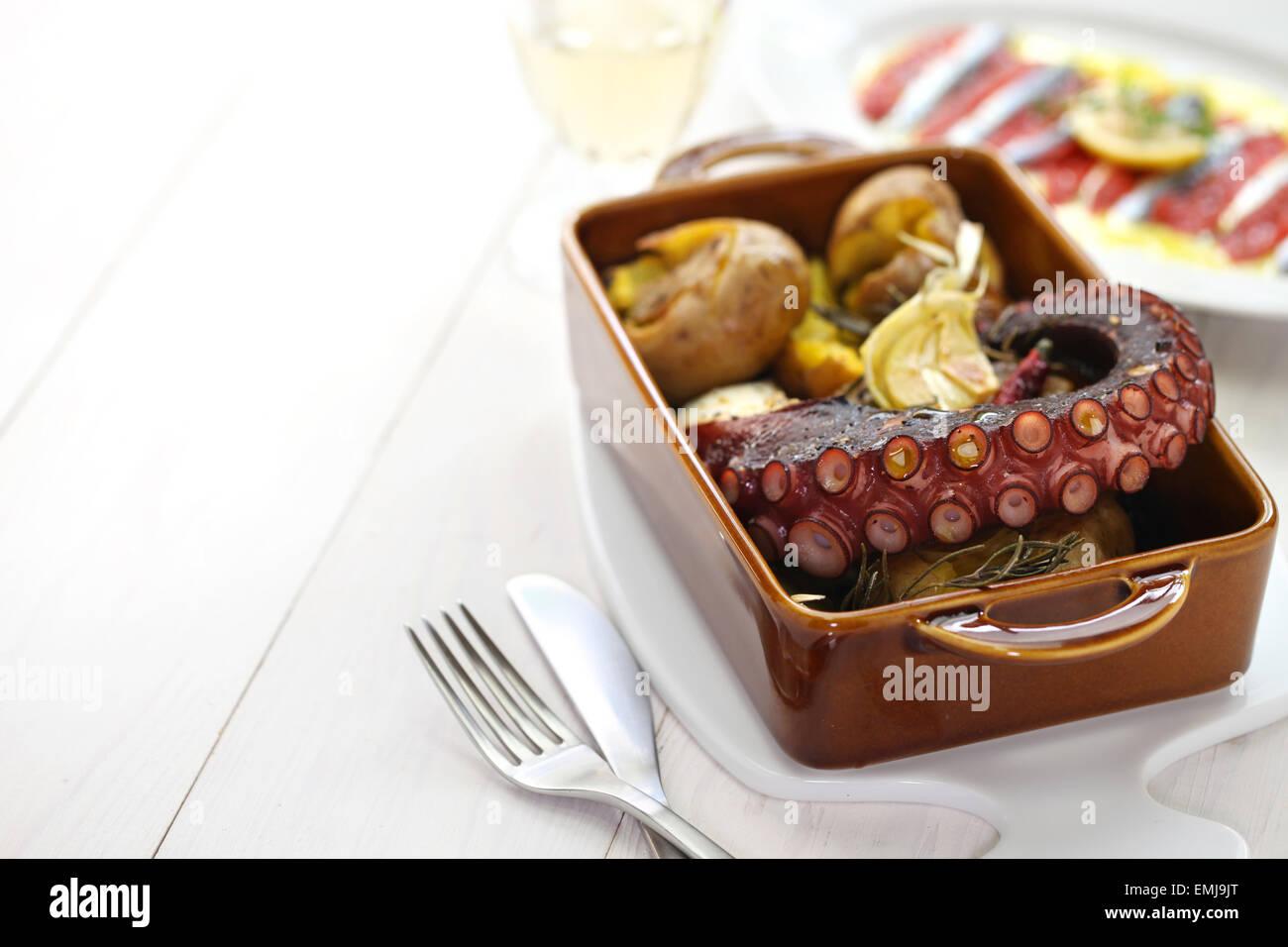 Gegrillter Tintenfisch mit Kartoffeln, Polvo ein Lagareiro com Batata ein Murro, portugiesische Küche Stockfoto