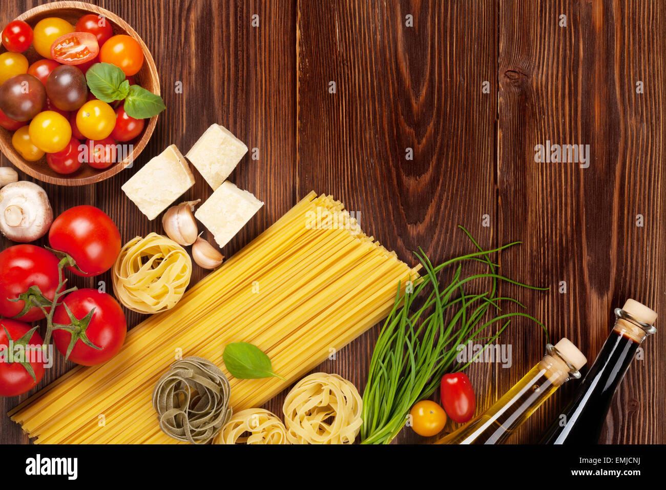 Italienische Küche kochen Zutaten. Nudeln, Tomaten, Basilikum. Draufsicht mit Textfreiraum Stockbild